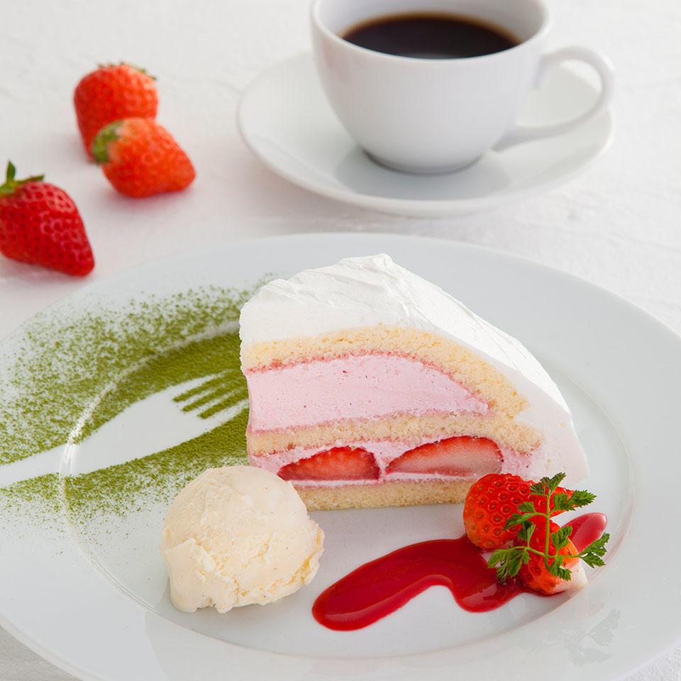 いちごとラズベリークリームのケーキとお飲物